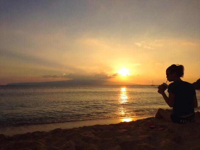 マケナビーチで夕日を見ながらサンドウィッチ