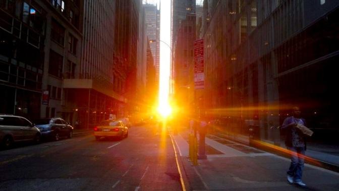 ニューヨークに真っ赤な夕日!年に2回のマンハッタンヘンジ