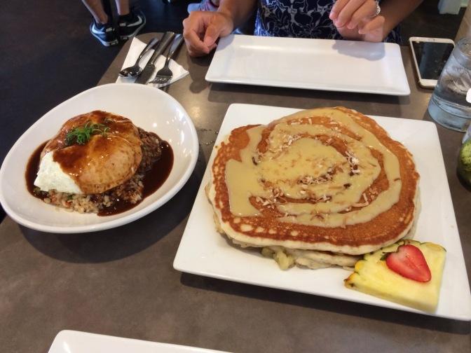 モエナカフェの名物ショートリブロコモコとパンケーキ