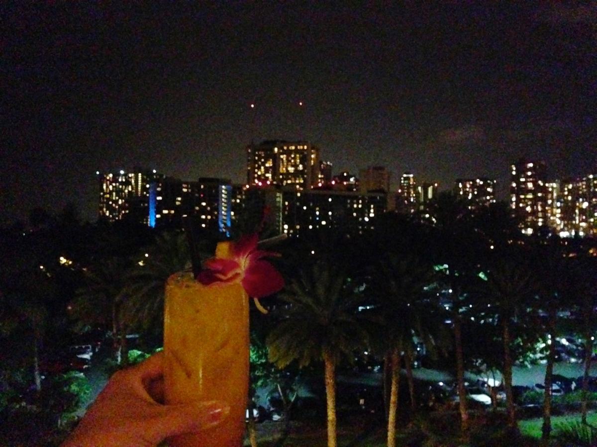 トランプホテルのラウンジで、ワイキキの夜景を一望